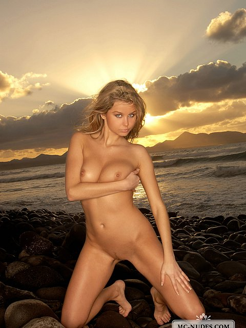 sweet and realy sexy girl posing totally naked on the sunset